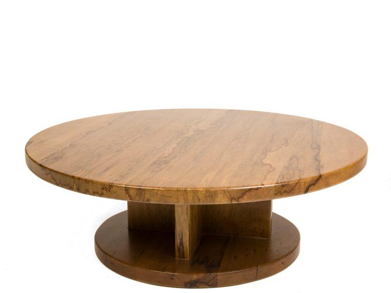 שולחן העשוי עץ אגוז מלא ומהודר