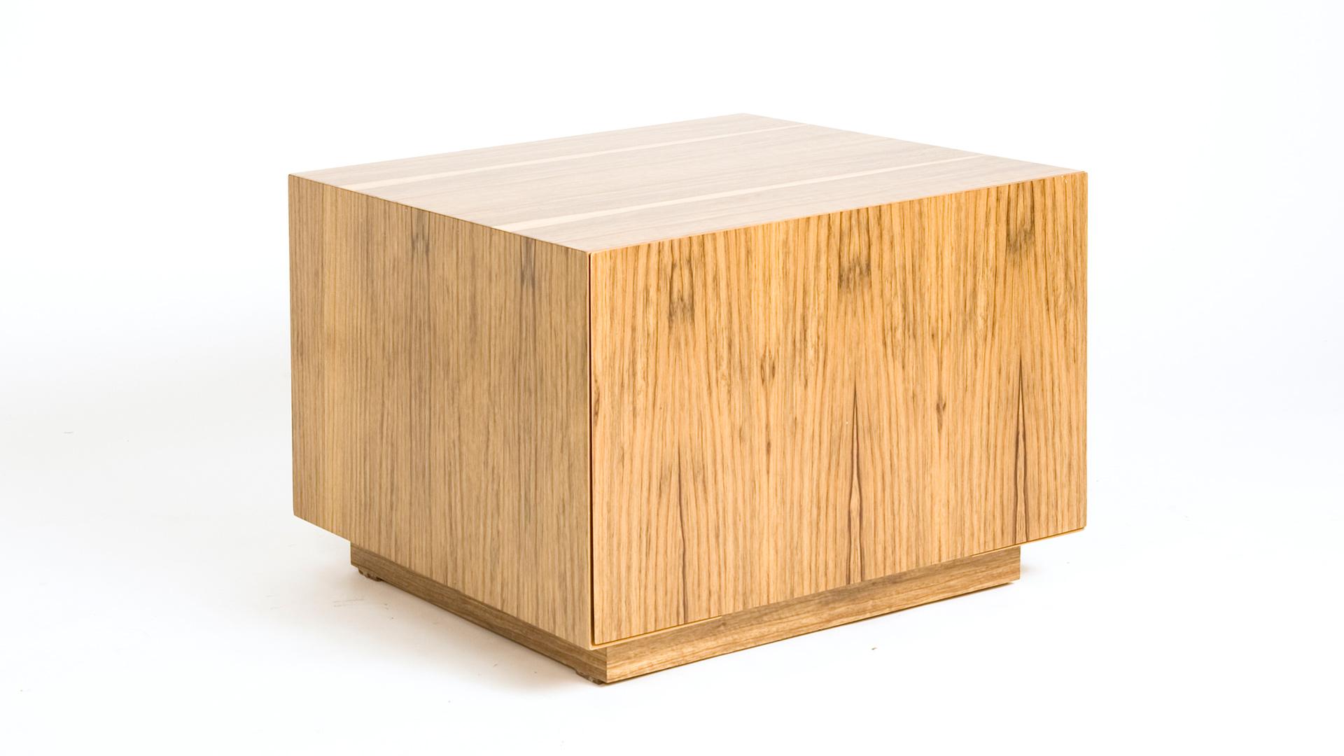 שולחן קלאסי המשלב בתוכו מגירה